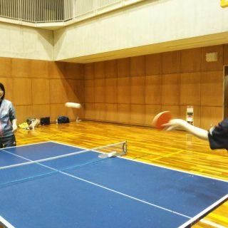 卓球をしている写真