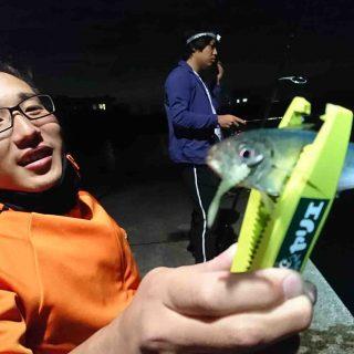 釣果を掲げる釣り部初参加部員