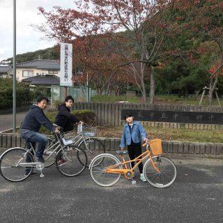 中学校前で紅葉と自転車