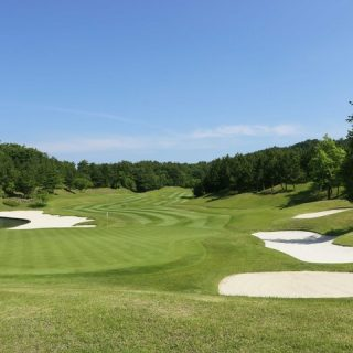 青空とゴルフコース
